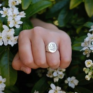 July Child- sterling silver indifferent daisy ring